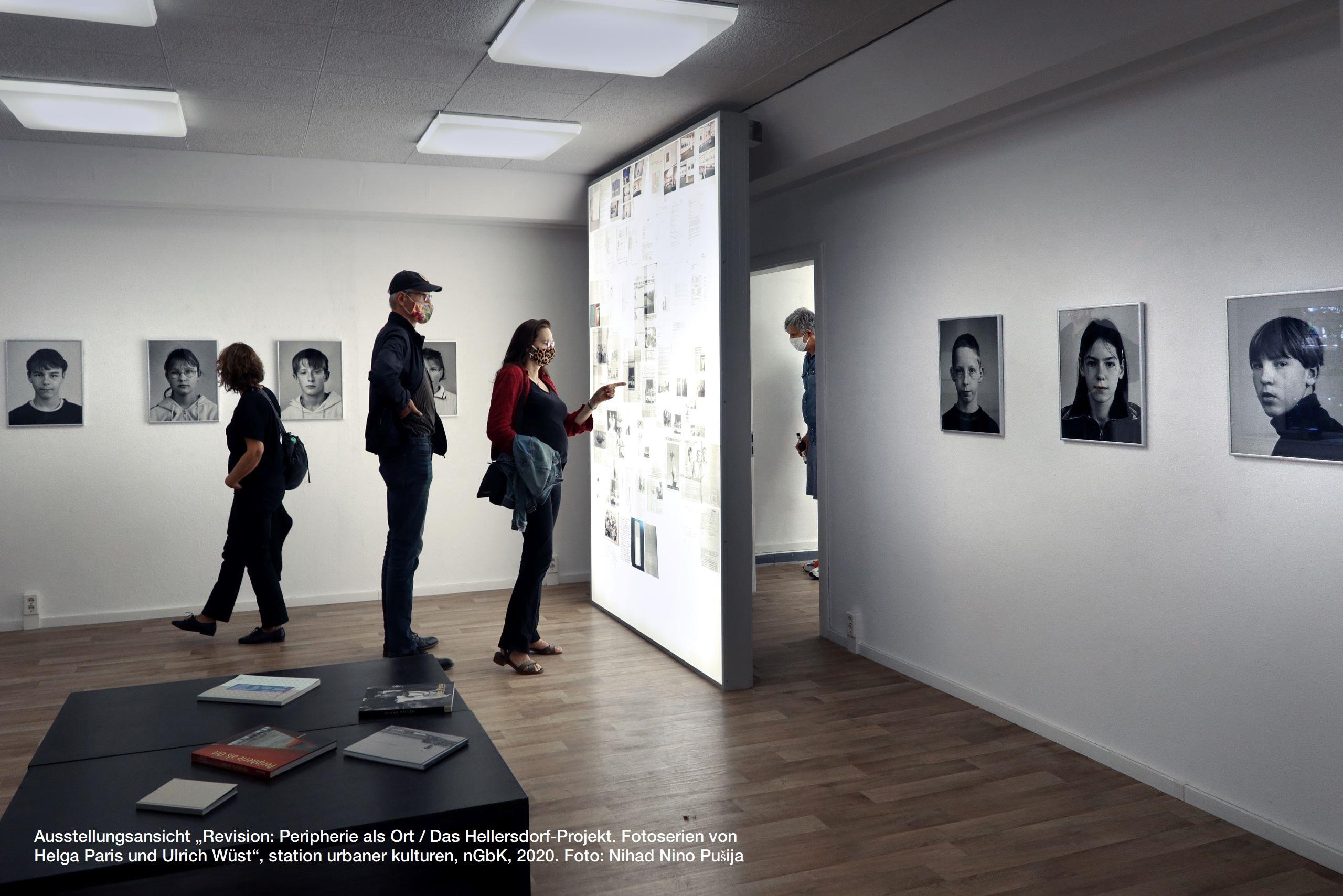 """Ausstellungsansicht """"Revision: Peripherie als Ort / Das Hellersdorf-Projekt. Fotoserien von Helga Paris und Ulrich Wüst"""", station urbaner kulturen, nGbK, 2020. Foto: Nihad Nino Pušija"""