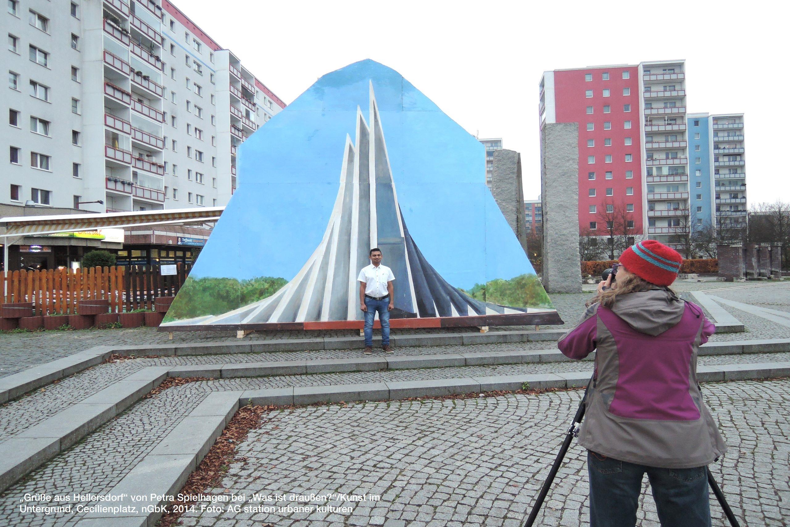 """""""Grüße aus Hellersdorf"""" von Petra Spielhagen bei """"Was ist draußen?""""/Kunst im Untergrund, Cecilienplatz, nGbK, 2014. Foto: AG station urbaner kulturen"""