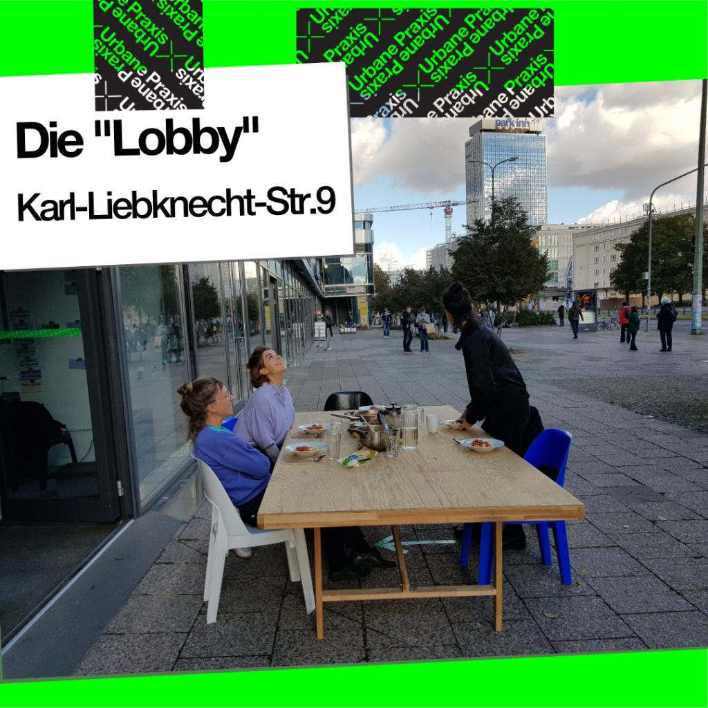 """Drei Praktikerinnen vor der """"Lobby"""" am Alexanderplatz"""
